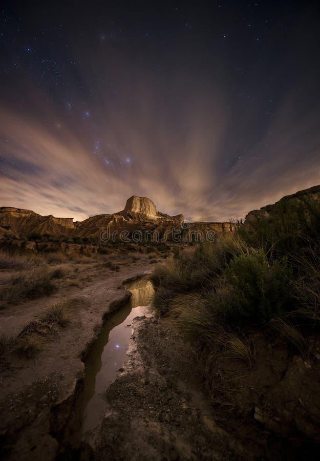 Noite sobre o rio do deserto imagem de stock
