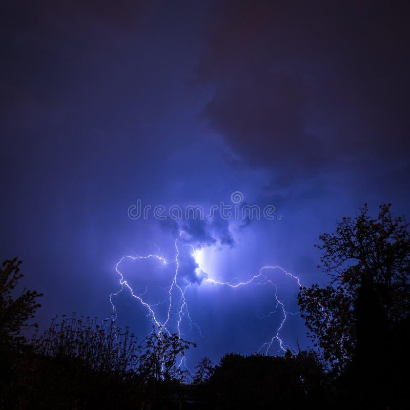 Noite tormentoso do verão com mostra lighning fantástica fotos de stock