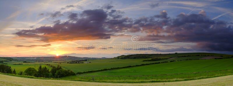 Noite tormentoso do verão sobre o vale de Meon, penas sul parque nacional, Reino Unido imagem de stock