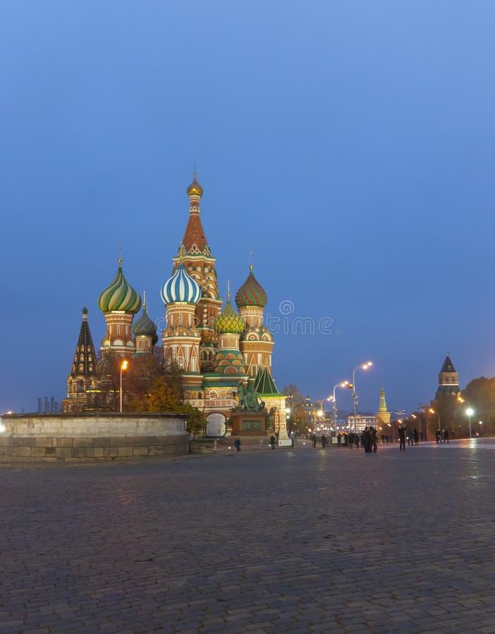 Noite, torres do da manjericão da catedral abençoado em Moscou foto de stock