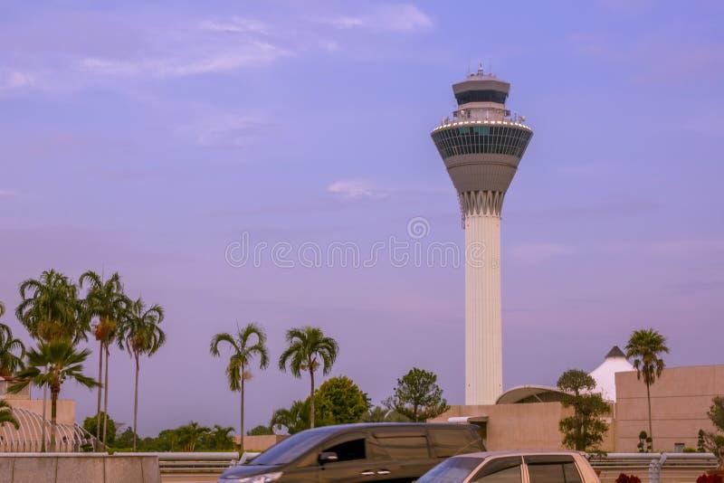 Noite tropical e aeroporto de Bali foto de stock