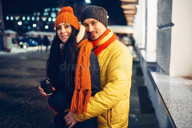 Noite urbana do inverno, retrato dos pares fora imagem de stock royalty free