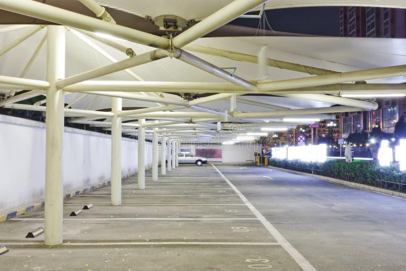 A noite vies de um parque de estacionamento fotos de stock