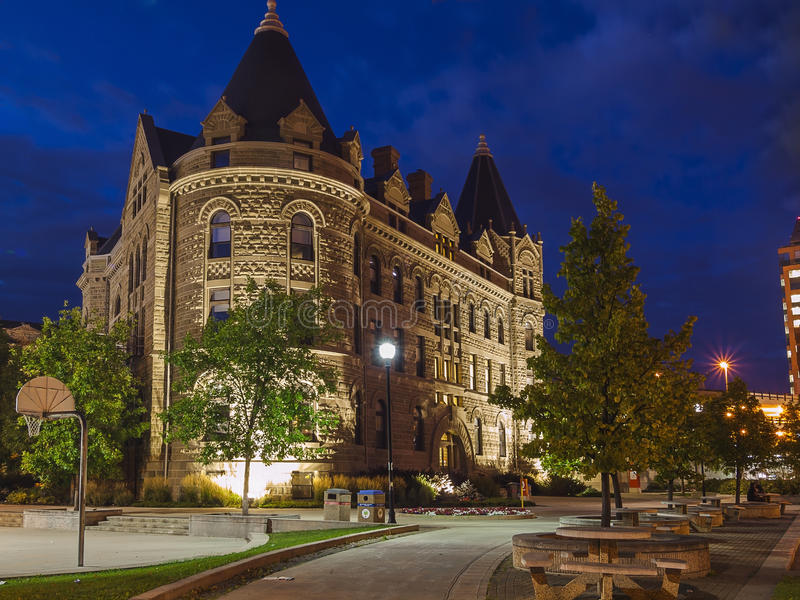 Noite Winnipeg, Canadá A construção da universidade imagem de stock royalty free