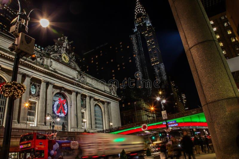 Noites bonitas com luzes de rua perto de Grand Central Termina foto de stock