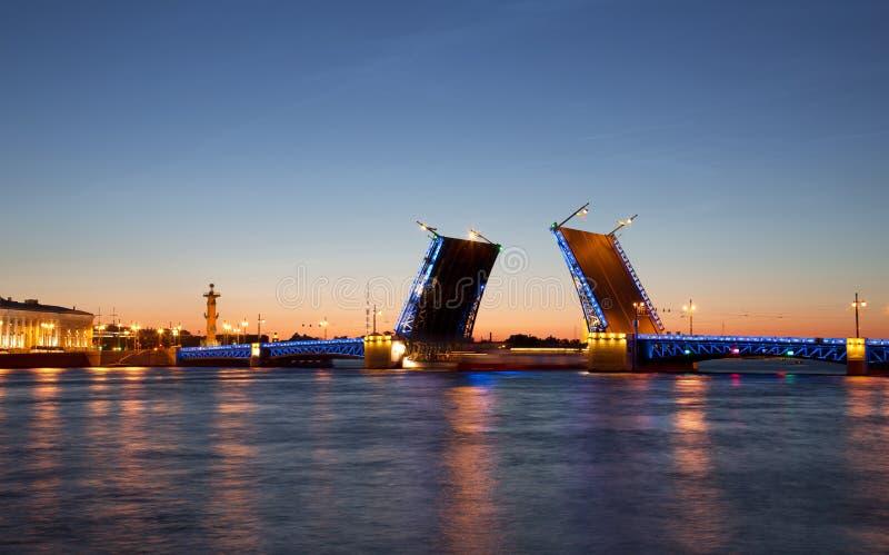 Noites brancas em St Petersburg Ponte divorciada do palácio imagens de stock royalty free