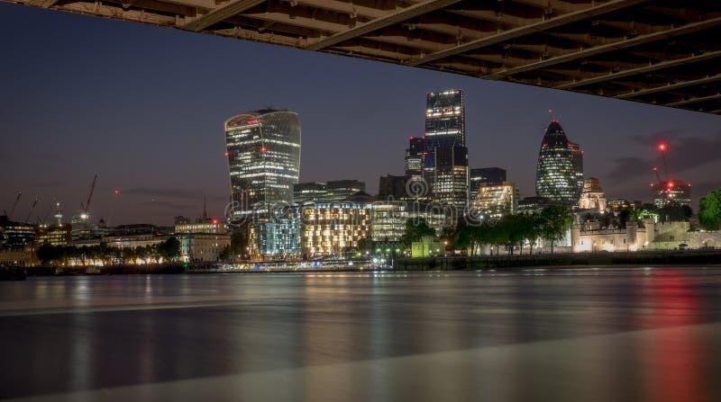 Noites da ponte da torre imagens de stock royalty free