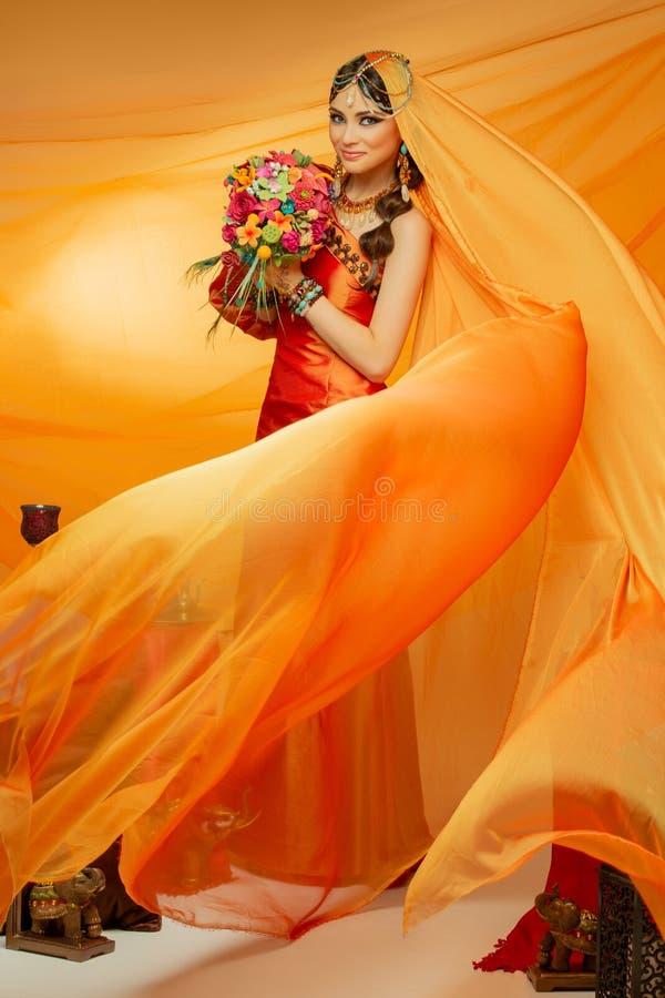 Noiva árabe bonita do estilo na roupa étnica fotografia de stock royalty free