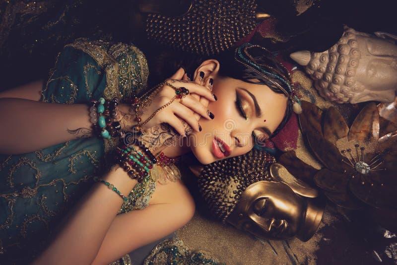 Noiva árabe bonita do estilo na roupa étnica imagem de stock