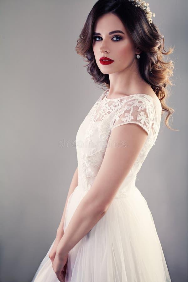 Noiva agradável no vestido de casamento branco, noiva bonita da menina imagens de stock royalty free