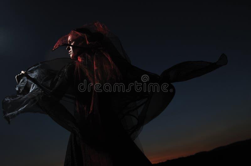 Noiva ao ar livre no vestido weddding preto imagens de stock royalty free