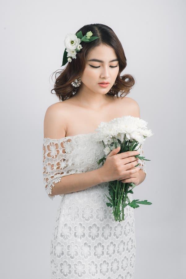Noiva asiática bonita da mulher no fundo cinzento imagem de stock royalty free