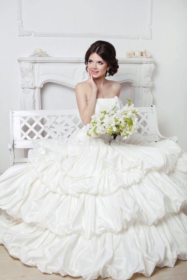Noiva atrativa bonita no vestido luxuoso do casamento com volum fotografia de stock royalty free