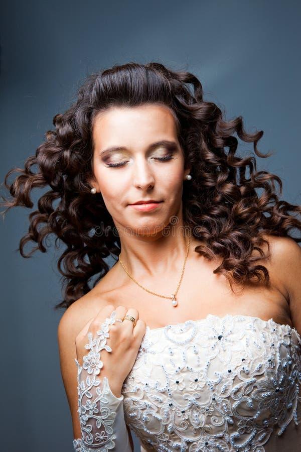 Noiva atrativa com cabelo curly longo imagens de stock royalty free