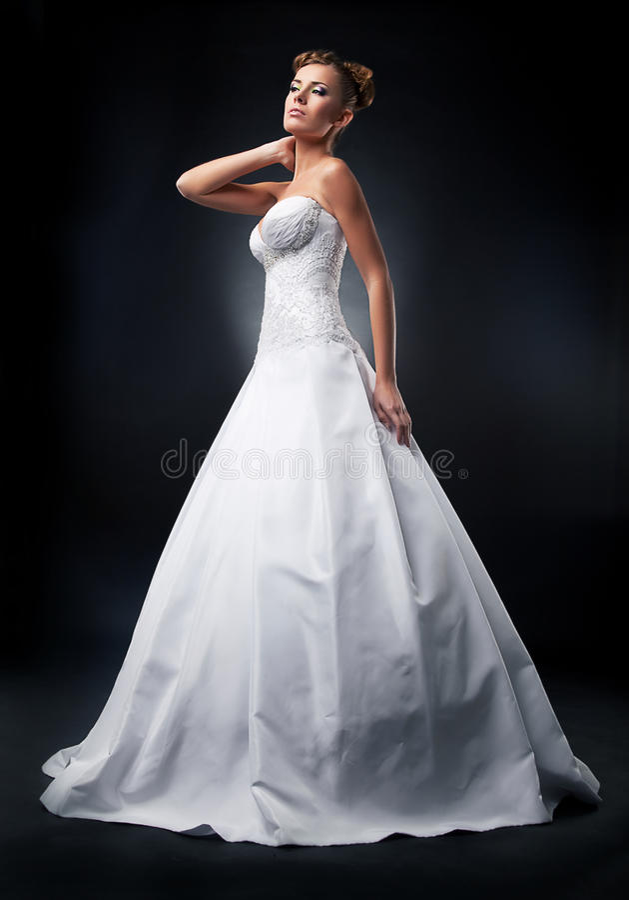 Noiva atrativa do modelo de forma que está no casamento fotografia de stock