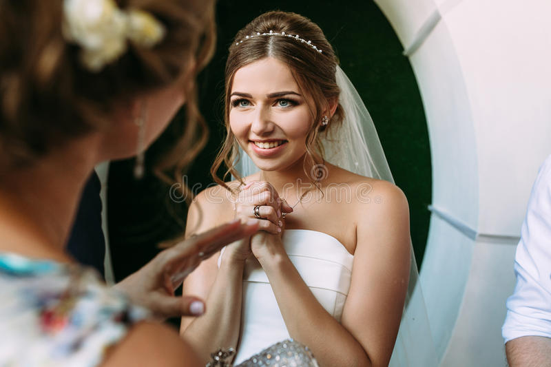 A noiva bonita é cumprimentos de escuta dos convidados imagem de stock royalty free
