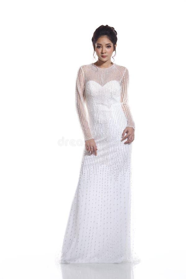 Noiva bonita asiática bonita da mulher no vestido branco w do vestido de casamento foto de stock