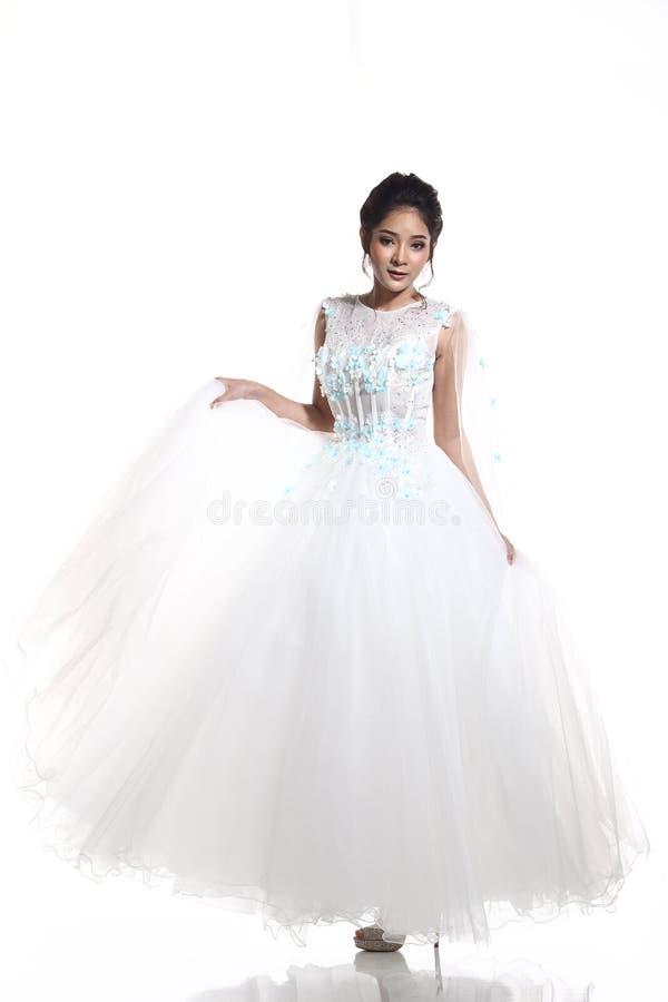 Noiva bonita asiática bonita da mulher no vestido branco w do vestido de casamento fotografia de stock royalty free