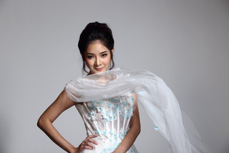 Noiva bonita asiática bonita da mulher no vestido branco w do vestido de casamento imagem de stock