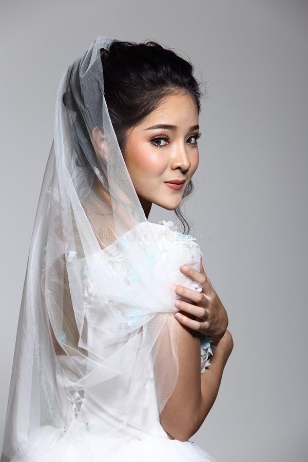 Noiva bonita asiática bonita da mulher no vestido branco w do vestido de casamento fotografia de stock