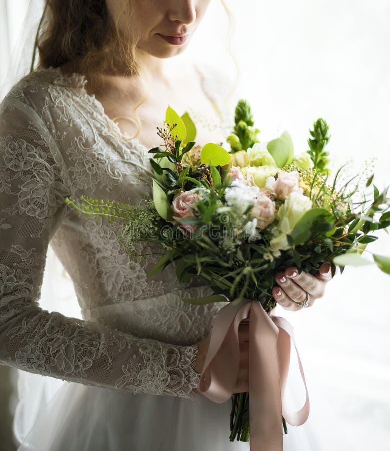 Noiva bonita atrativa que guarda o ramalhete das flores fotos de stock royalty free