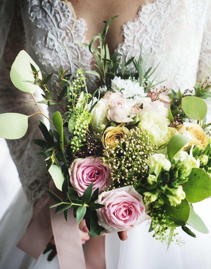 Noiva bonita atrativa que guarda o ramalhete das flores imagens de stock
