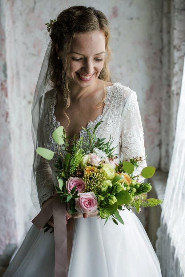 Noiva bonita atrativa que guarda o ramalhete das flores imagens de stock royalty free