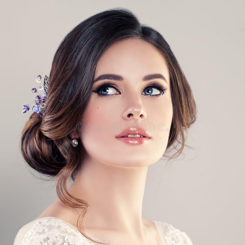 Noiva bonita com composição e penteado nupcial foto de stock