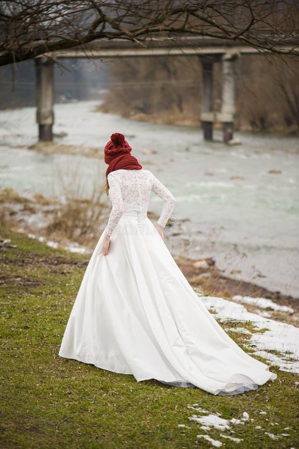 Noiva bonita com o ramalhete grande do casamento fotos de stock royalty free