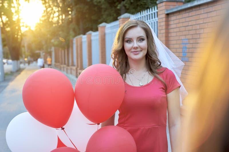 Noiva bonita com os balões no parque fotos de stock royalty free