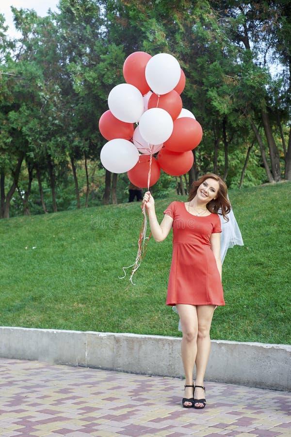 Noiva bonita com os balões no parque fotografia de stock royalty free