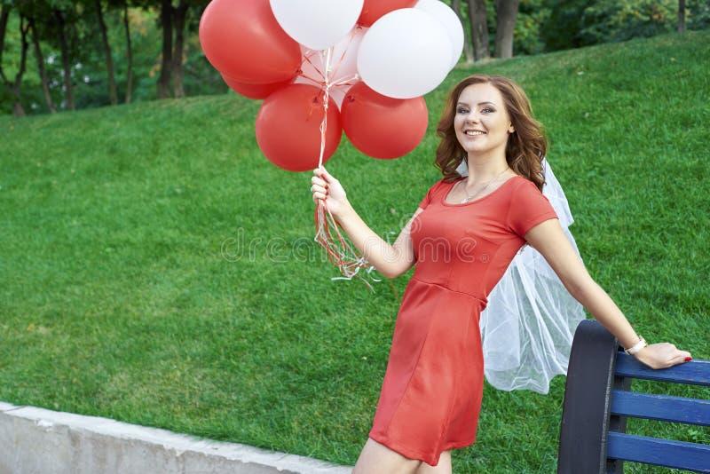 Noiva bonita com os balões no parque fotos de stock