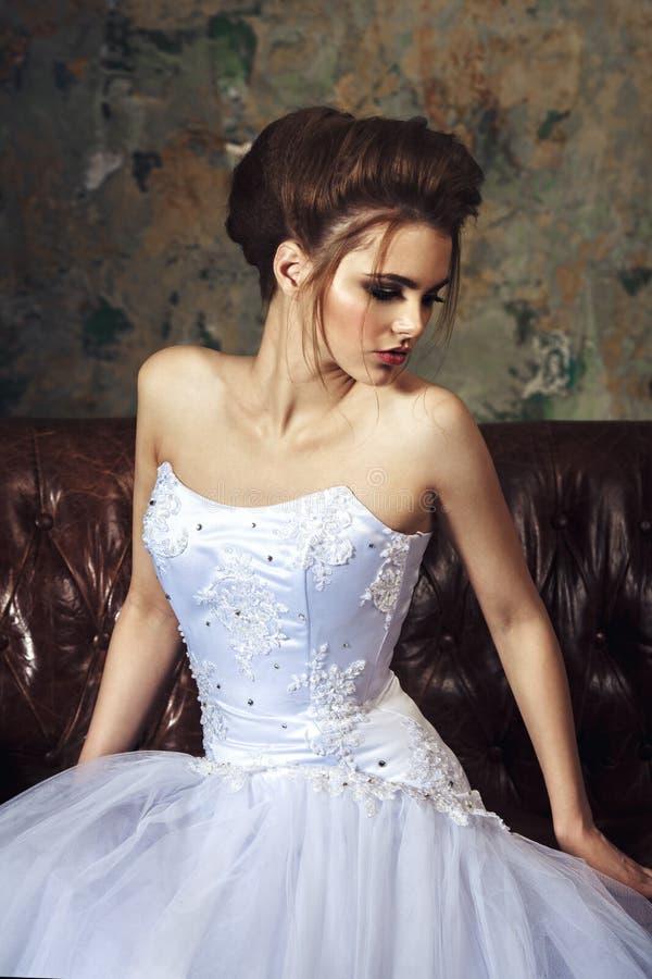Noiva bonita com penteado do casamento da forma Jovens atrativos imagens de stock royalty free