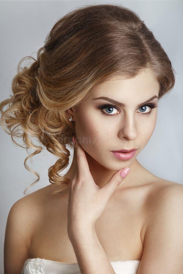 Noiva bonita com penteado do casamento da forma - no fundo branco imagem de stock royalty free