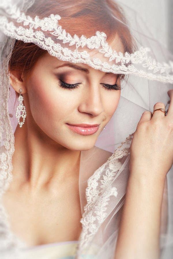 Noiva bonita com penteado do casamento da forma - no fundo branco Retrato do close up da noiva lindo nova casamento Sho do estúdi fotografia de stock royalty free