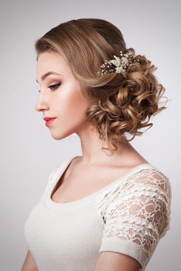 Noiva bonita com penteado e acessórios do casamento da forma foto de stock