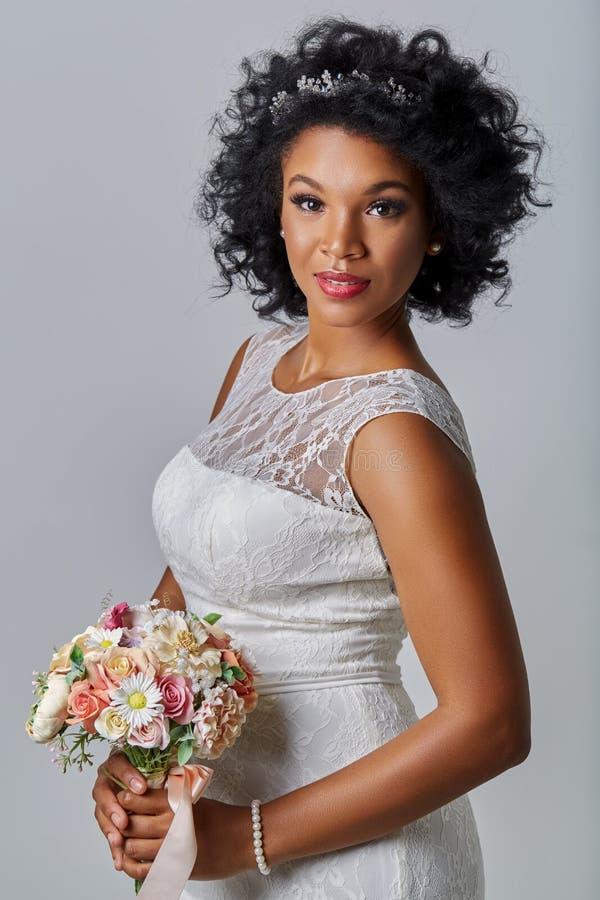 Noiva bonita com ramalhete fotografia de stock royalty free