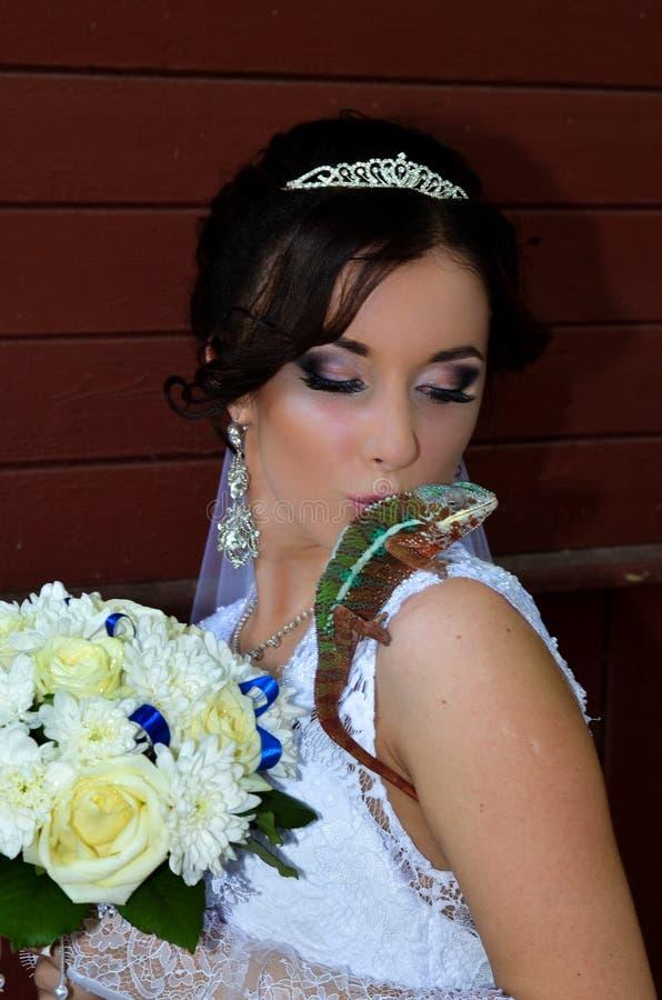 Noiva bonita com um camaleão e as flores imagem de stock royalty free