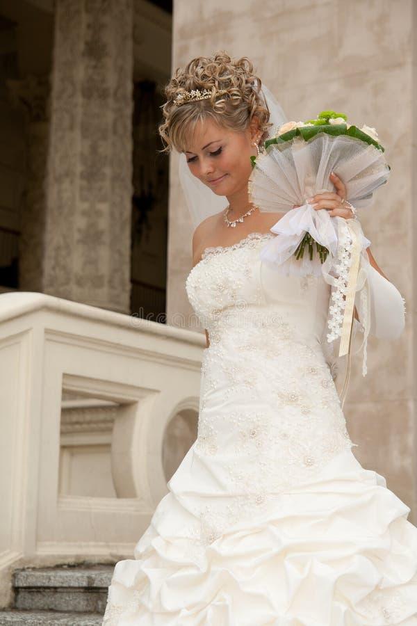 A noiva bonita com um ramalhete imagem de stock royalty free
