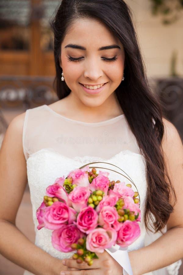 Noiva bonita com um ramalhete fotos de stock royalty free