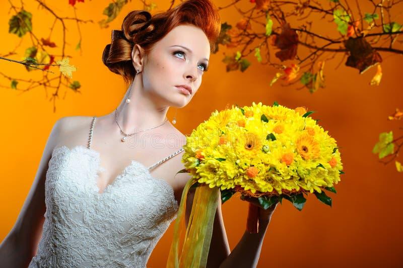 Noiva bonita com um ramalhete das flores fotos de stock royalty free