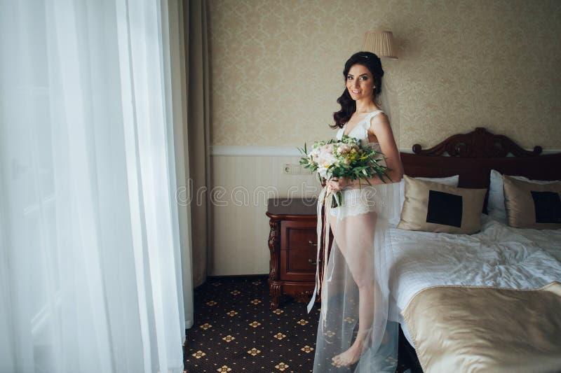 Download Noiva Bonita Com Um Ramalhete Das Flores Na Sala De Hotel Foto de Stock - Imagem de gatsby, interior: 107527864