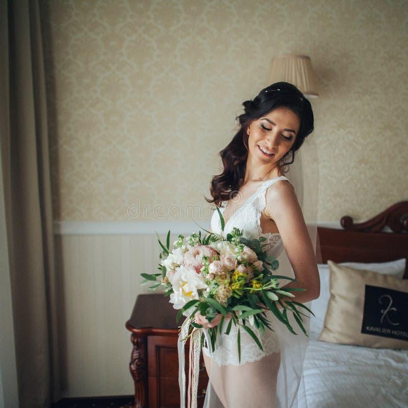 Download Noiva Bonita Com Um Ramalhete Das Flores Na Sala De Hotel Foto de Stock - Imagem de borda, groom: 107528034