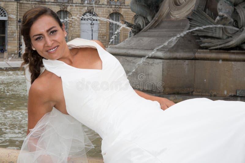 Noiva bonita com um vestido branco que olha a câmera fotos de stock royalty free