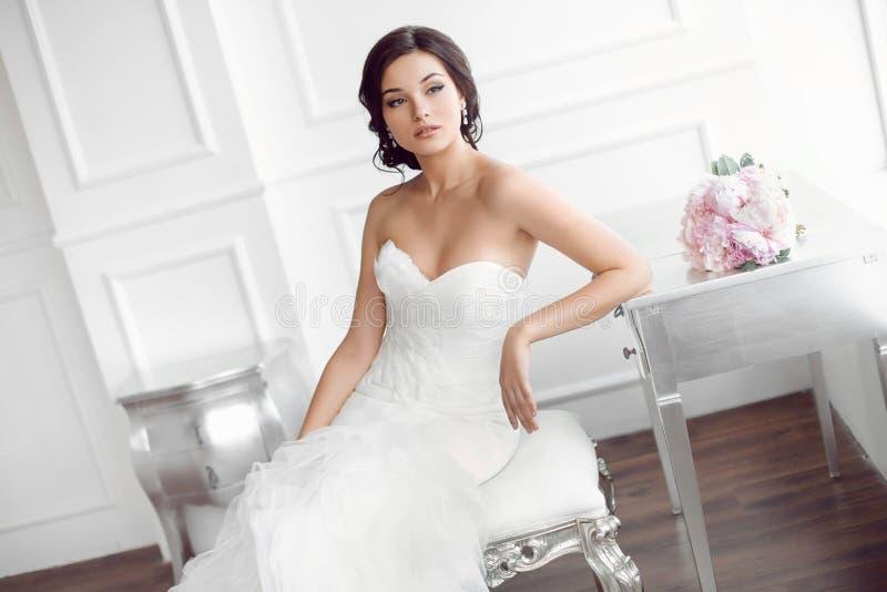 Noiva bonita Conceito luxuoso do vestido da forma da composição do penteado do casamento fotografia de stock