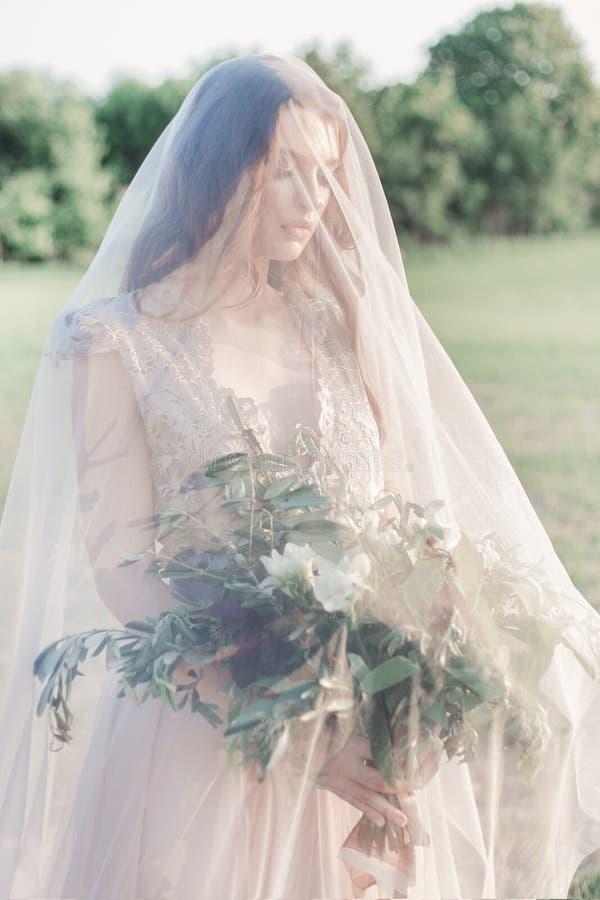 Noiva bonita da moça em um vestido pairoso bonito em cores bege, casamento ao estilo do boho fotos de stock
