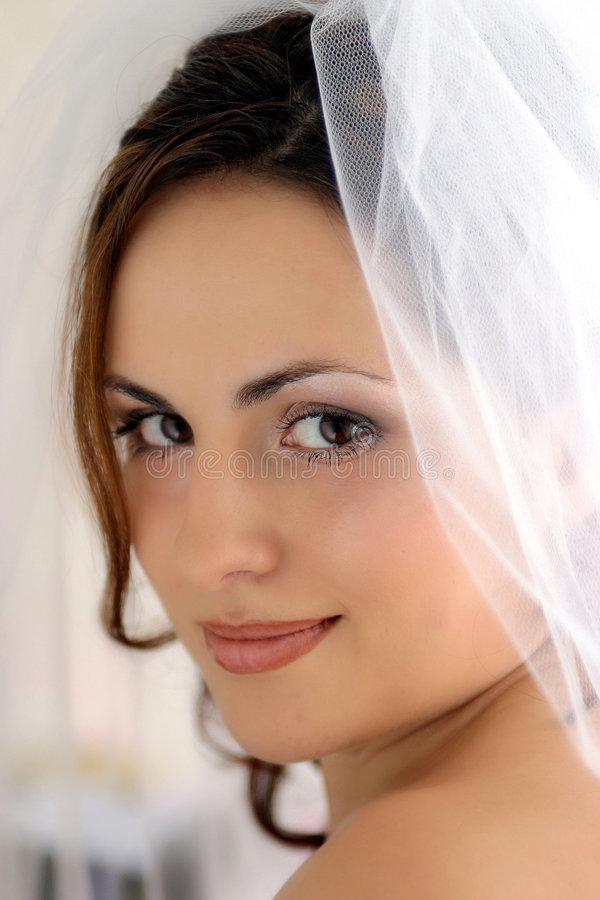 Noiva bonita de sorriso do newlywed imagens de stock