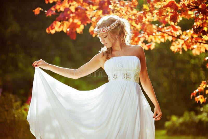 Noiva bonita delicada com um diadema das flores no seu cabeça fotografia de stock royalty free