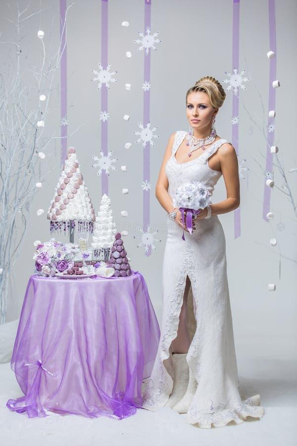 Noiva bonita do inverno com bolo de casamento imagens de stock royalty free