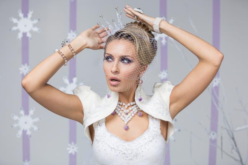 Noiva bonita do inverno com coroa imagens de stock royalty free